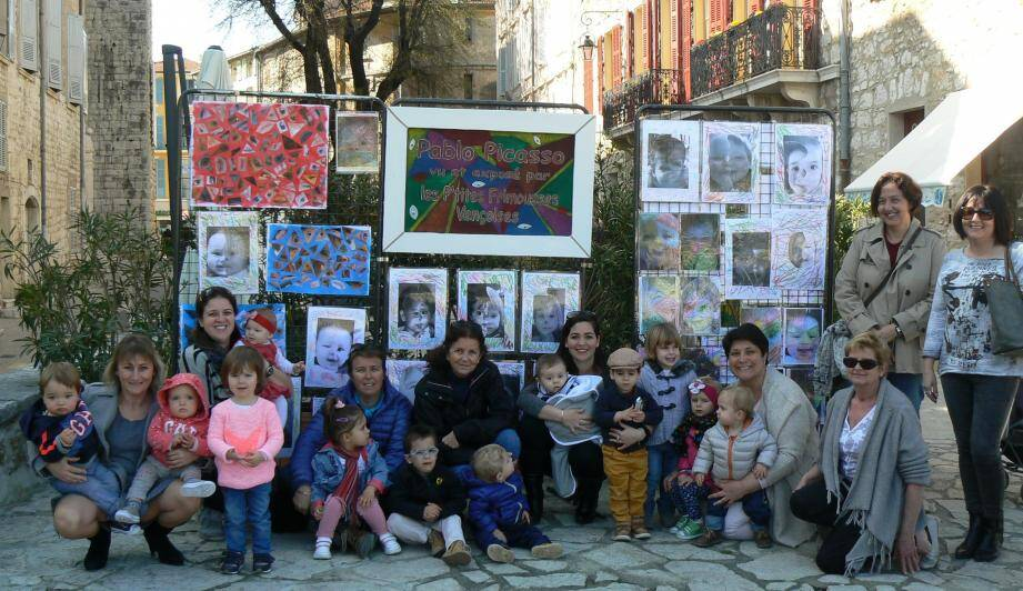 Place du Frêne les enfants de 3 mois à 3 ans ont exposé leurs dernières créations. Pinceau ou Ciseaux à la main, la créativité est de mise.