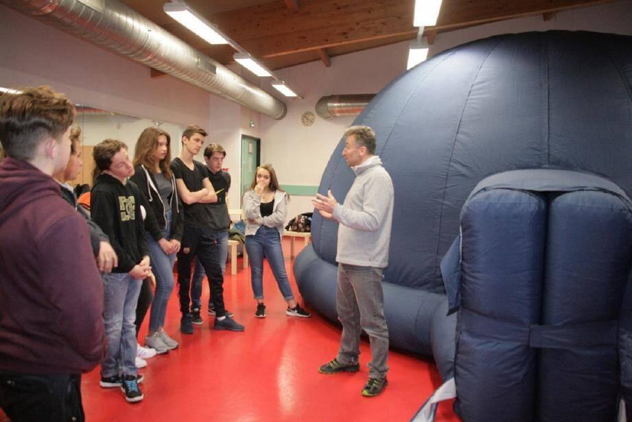 Thierry Scordino-Huguenot, animateur de l'association PSTJ (Provence Sciences Techniques Jeunesse) donne quelques explications aux élèves sur ce qu'ils vont découvrir.