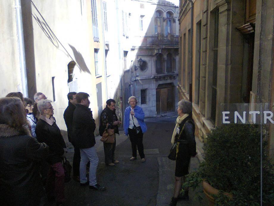 Les visiteurs devant la porte de l'hôtel de la marquise de Mirabeau.