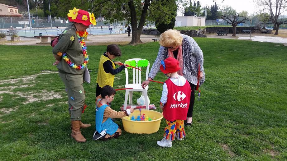 Les enfants du centre de loisirs sont arrivés en costumes colorés.