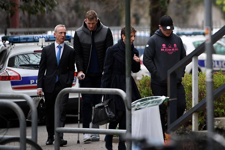 Les Irlandais Chris Farrel (béquilles) et Denis Coulson (casquette) à leur arrivée hier matin, à l'hôtel de police de Grenoble.