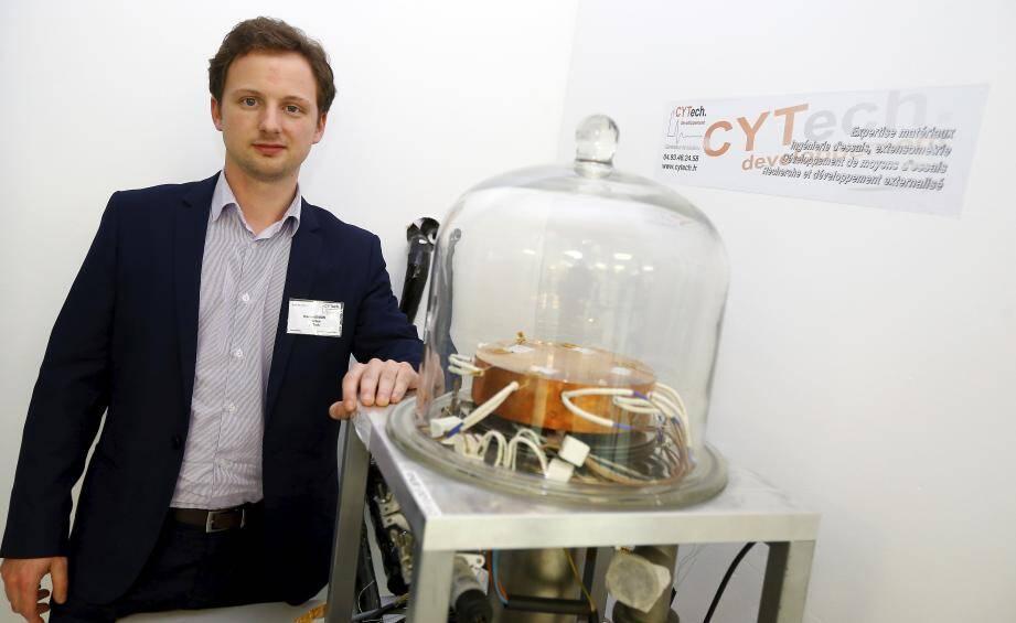 Damien Dubois à côté d'un moyen de cyclage thermique sous vide : un appareil qui permet de reconstituer les conditions proches de l'univers spatial.