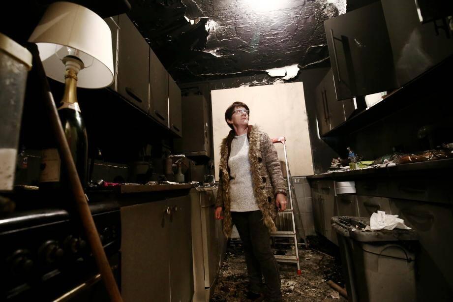 Jeanne Amar, dans son appartement dévasté après qu'un feu de voitures ait endommagé plusieurs logements du HLM où elle réside à L'Escarène.