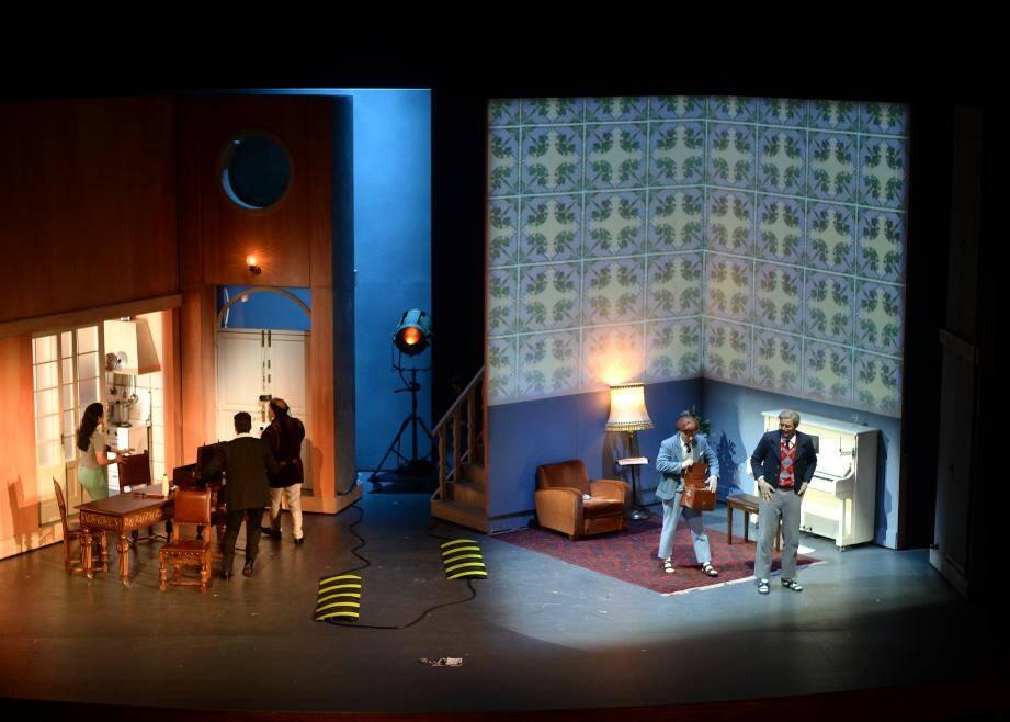 Le spectacle, mis en scène par Adriano Sinivia, est conçu comme un film en train d'être tourné.