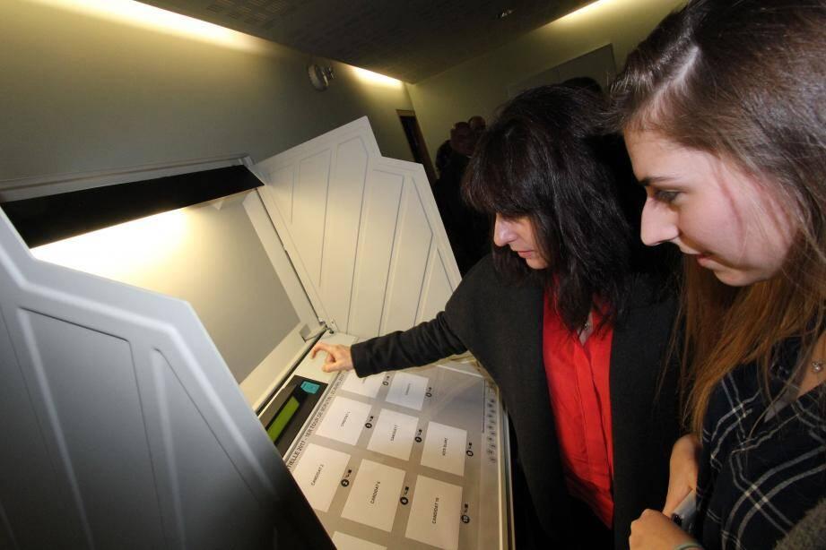 Découverte de la machine à voter électronique.