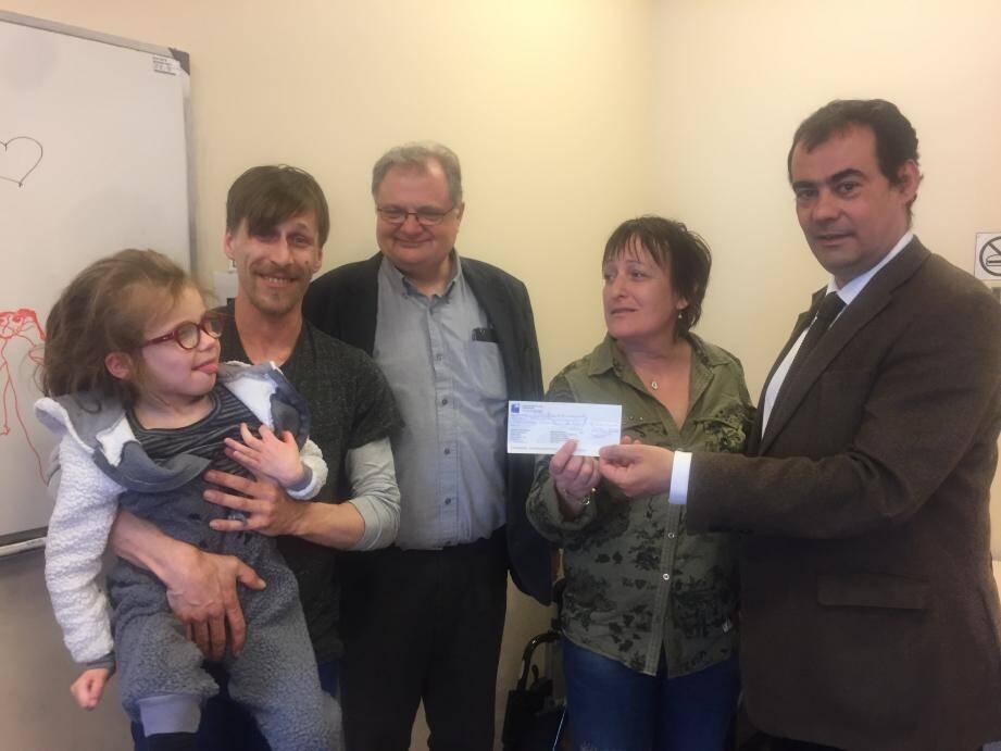 Remise du chèque de l'association Loulou La Belle vie à Lys. De gauche à droite : Laurent Azinheirinha, Jessie, Pierre Schorter, le papa de Lys avec Lys.