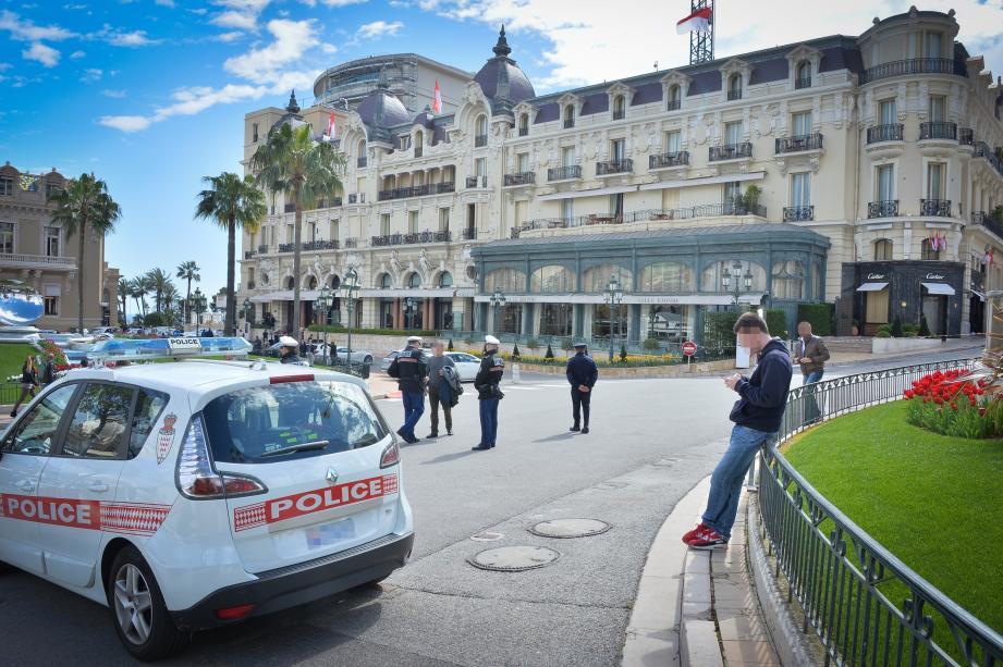 Plus de policiers qu'à l'accoutumée, hier sur la place du Casino à Monaco. Mais la situation était revenue à la normale, après le braquage de la boutique Cartier, la veille (tout à droite de la photo).