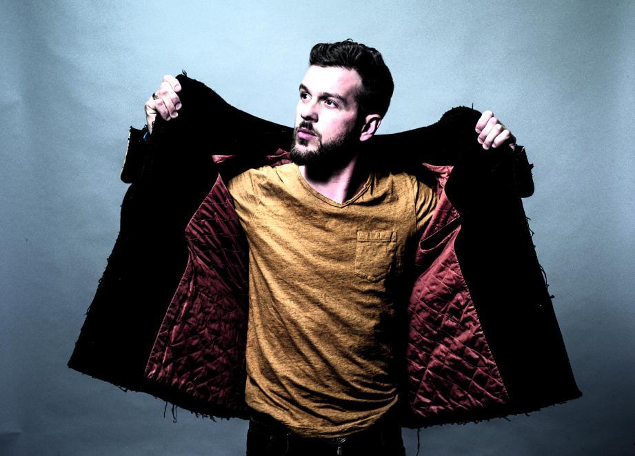 Claudio Capéo se classe dans les meilleures ventes de disques depuis près d'un an.