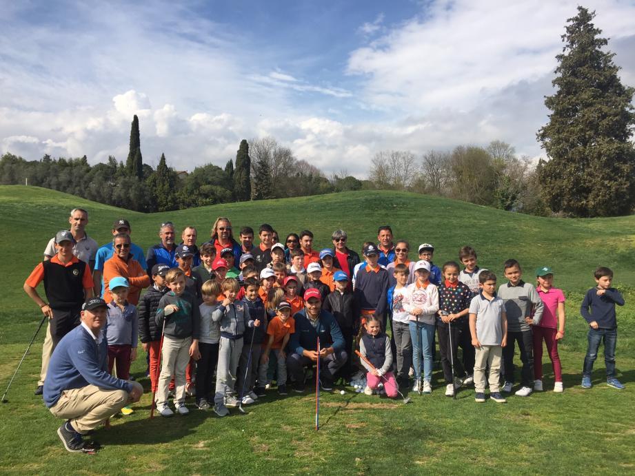 Benoît Ducoulombier (assis à gauche) et Romain Langasque (au centre) ont fait partager leur expérience de professionnels aux élèves de l'école de golf Saint-Donat.