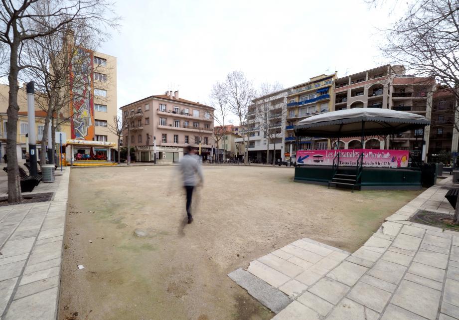 La place De-Gaulle connaît des moments où les passages se font rares. Une étude est en cours pour la requalifier, dans la continuité du projet d'éco-quartier de la Villette. Patience...