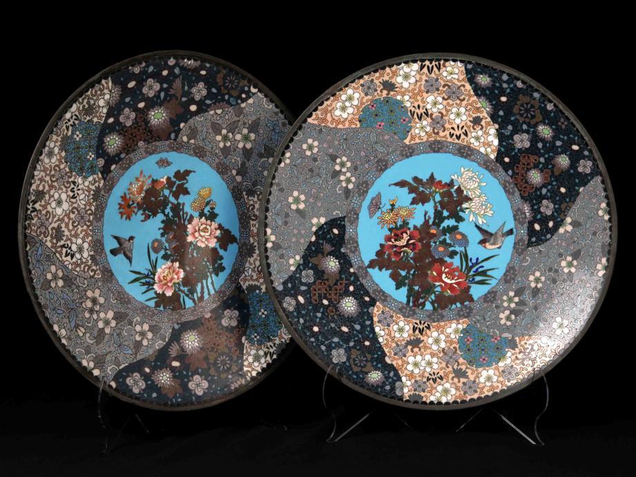 Japon, grands plats en laiton et émaux cloisonnés polychromes, époque Meiji, vers 1880, legs Bagulescu.