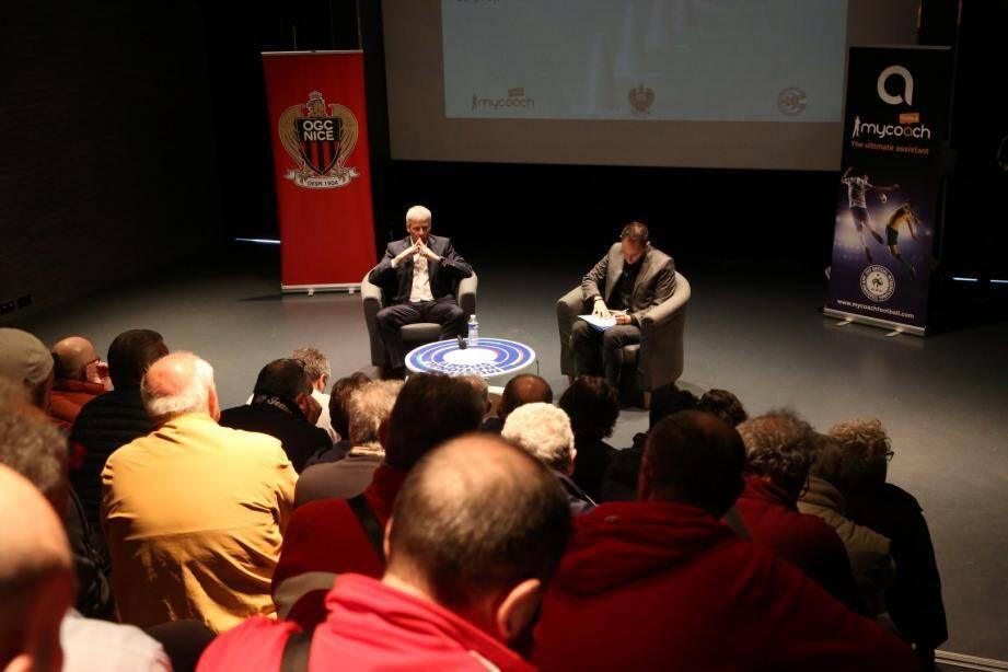 Lucien Favre, accompagné d'un traducteur, face à un auditoire conquis.