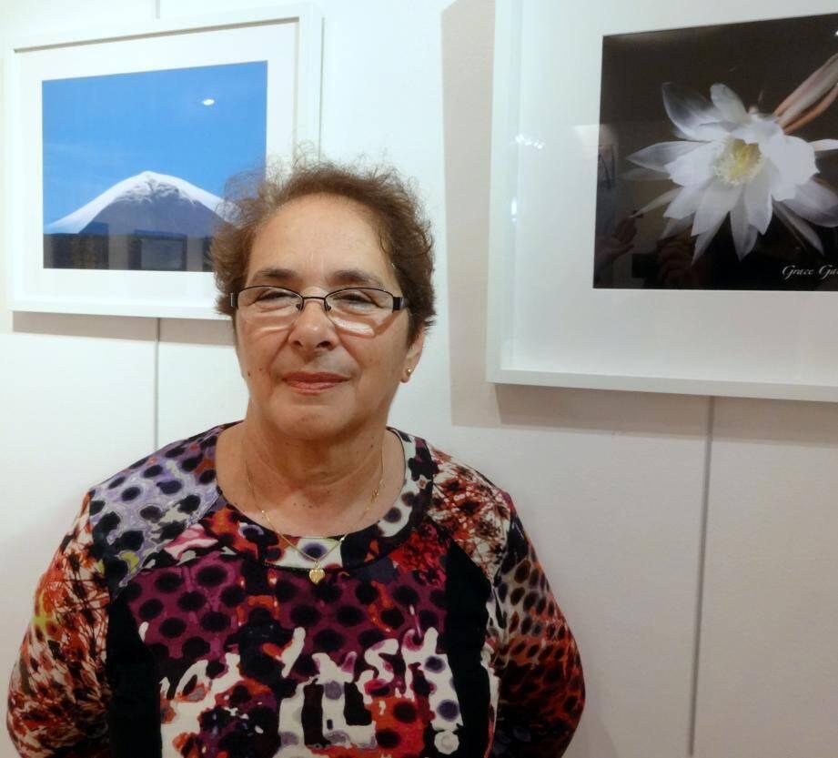 Grace Gabas avec en arrière plan l'île Pico et une fleur de lune qui ne fleurit que la nuit vers minuit.