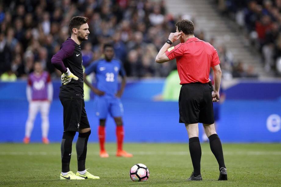 Lloris attend la décision de l'arbitre qui consulte l'assistance vidéo. Elle sera défavorable aux Bleus et permettra à l'Espagne de mener 2-0.