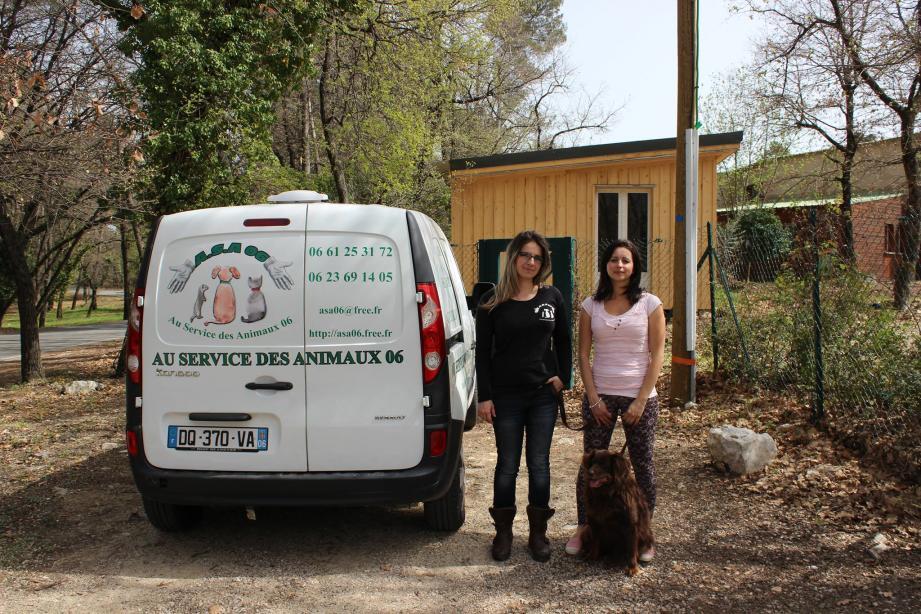 Les bénévoles devant le chalet de Vence, qui recceuille, normalement provisoirement, les chiens, chats, cochon-d'Inde et même une chêvre.