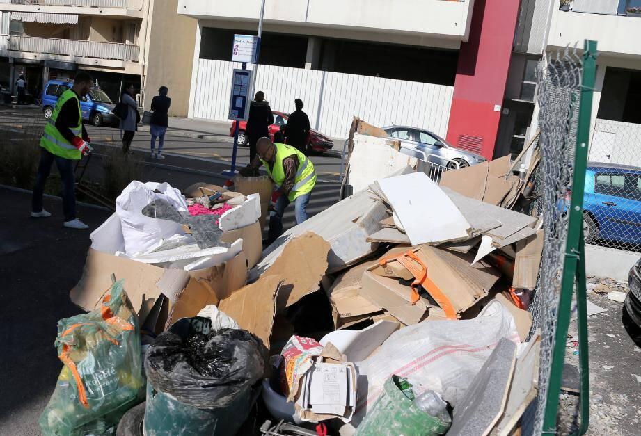 Des volontaires nettoient les alentours du gymnase Sam-Joubij à L'Ariane.