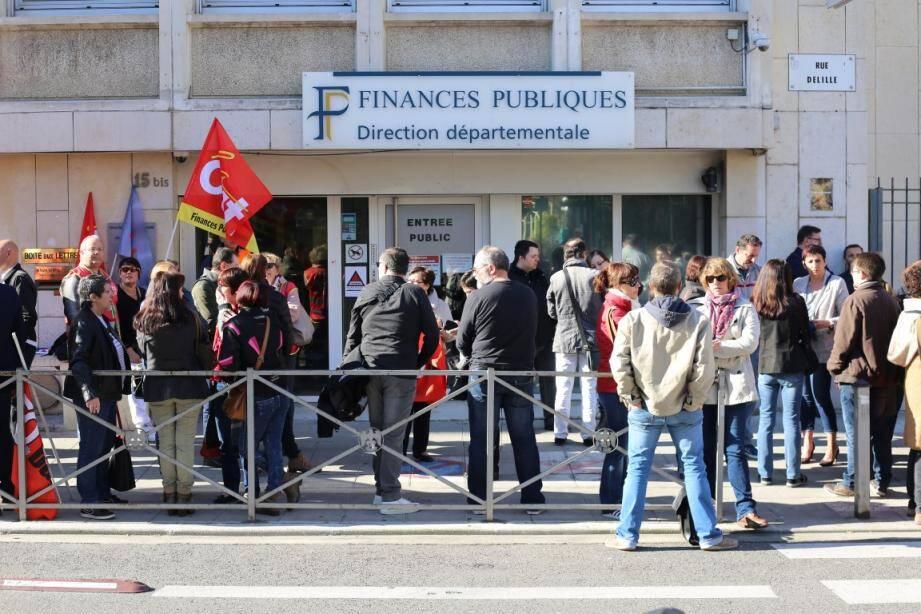 Une cinquantaine d'agents en grève s'est réunie mardi devant le bâtiment des finances publiques.