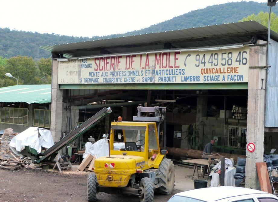 Le rachat du fonds de commerce de la scierie, situé sur l'espace communal, est prévu afin d'y installer les services techniques.