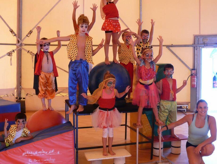 Les enfants vont faire leur cirque pendant les vacances sous le chapiteau de Piste d'Azur.