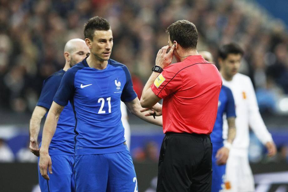 L'arbitre Felix Zwayer consulte son assistant vidéo devant Koscielny.