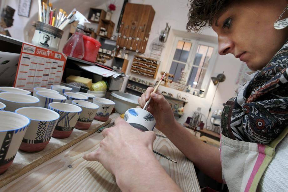 La céramiste Morgane Thomassin fait partie de la quinzaine de professionnels de la région PACA qui participent à la « boutique éphémère » avec des œuvres inédites.