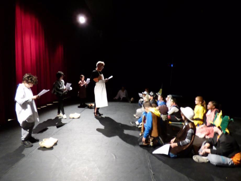 Ils sont devenus comédiens le temps de la visite théâtralisée de la salle Juliette-Greco.
