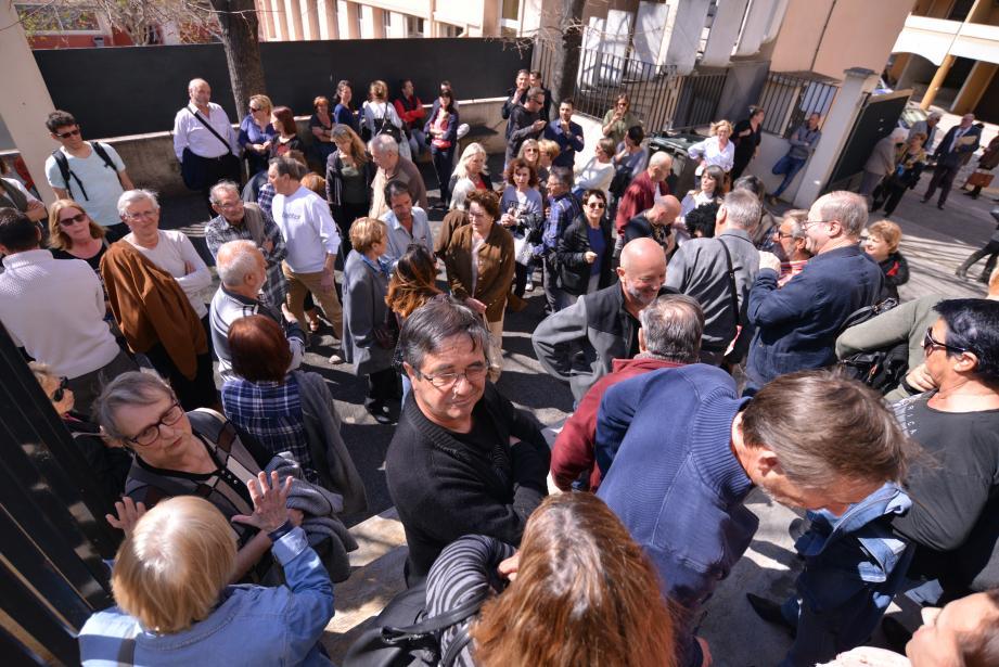 Évacués du conseil, qui s'est tenu à huis clos, les habitants de La Plana se sont  retrouvés devant la salle de « l'Eau-vive »