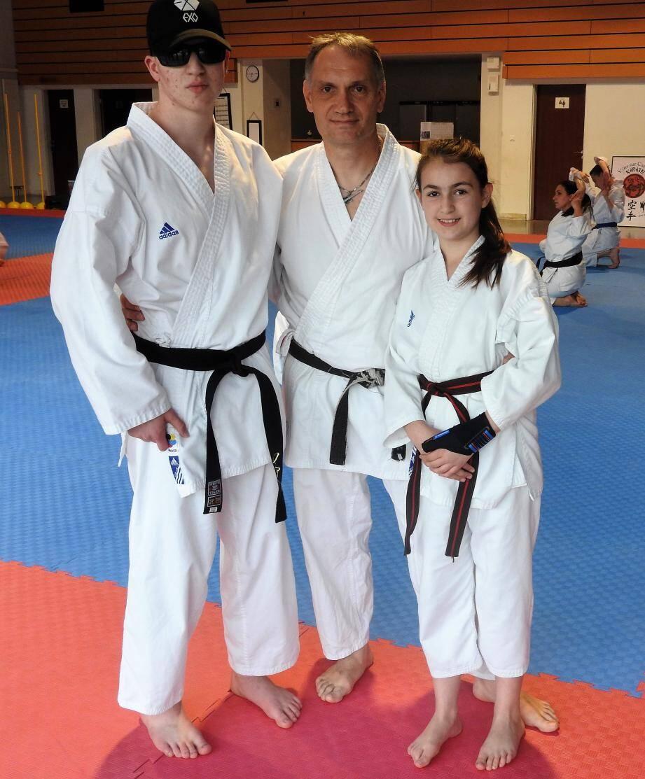Nohan et Mahana en compagnie de leur entraîneur, David Rossi, au centre.