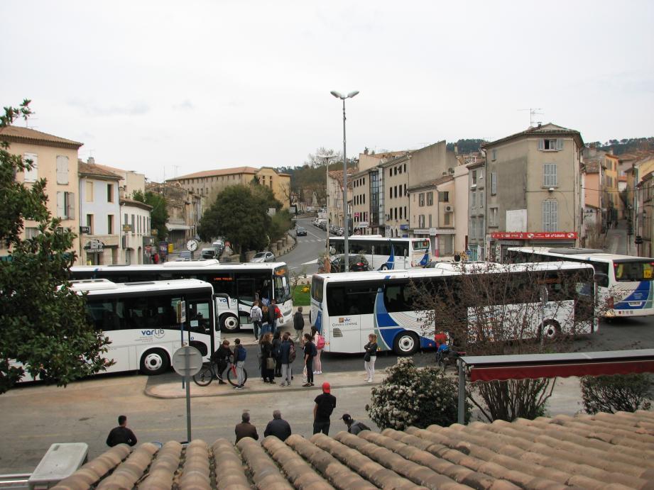 Déplacés, le 13 décembre, sur le parking Clemenceau, les cars sont revenus place Saint-Louis le 22 mars. Depuis, certains pensent la gare en sursis.