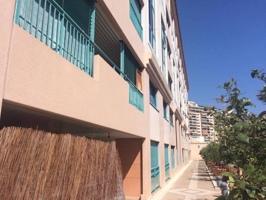 L'ensemble immobilier appartient à l'État monégasque et loge de nombreux salariés du CHPG et du gouvernement. Non loin se dresse l'immeuble Bel Air, en territoire monégasque.