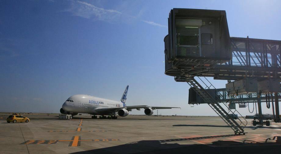 La passerelle destinée aux gros-porteurs comme l'A380 lors de son inauguration à l'aéroport de Nice.
