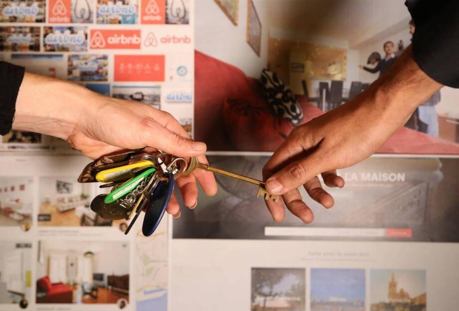 ©PHOTOPQR/NICE MATIN/F CHAVAROCHELe 1er/10 Airbnb commence la collecte de la taxe de séjourDepuis le début de l'année, 2,5 millions de touristes se sont logés à Paris via Airbnb.Le site américain de location entre particuliers veut améliorer ses relations avec la ville de Paris, en aidant à l'encadrement juridique de son activité, en pleine explosion de la demande. ILLUSTRATION