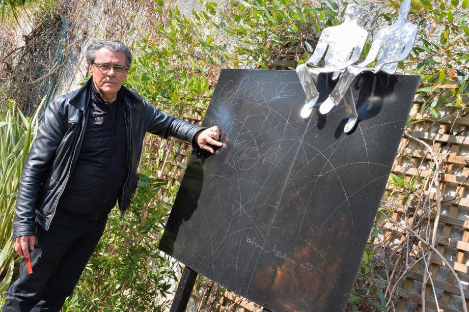 L'artiste Gérard-Haton-Gauthier devant son oeuvre dégradée.