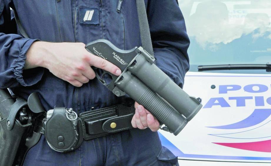 Les Flash-Ball, qui projettent des balles en caoutchouc à 360 km/h, sont en cours de remplacement par d'autres lanceurs dans la police nationale