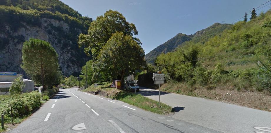 Sur la droite, l'accés vers la vallée du Cairos (RD40)
