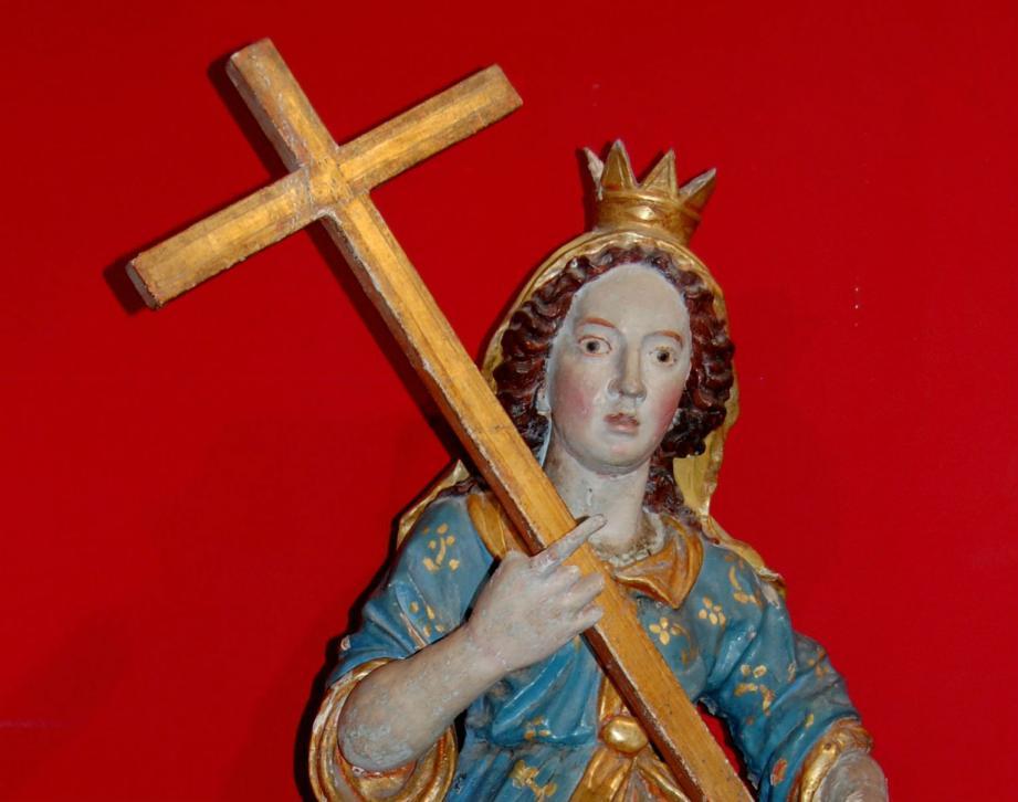 Statue de Sainte-Hélène, patronne du hameau de Sclos, en provenance de l'église de la place de l'abbé Cauvin. Faite de bois, elle date du XVIIe siècle.
