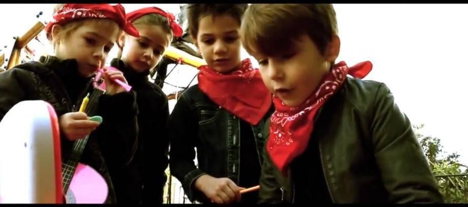 Blouson noir et bandana rouge comme Renaud!