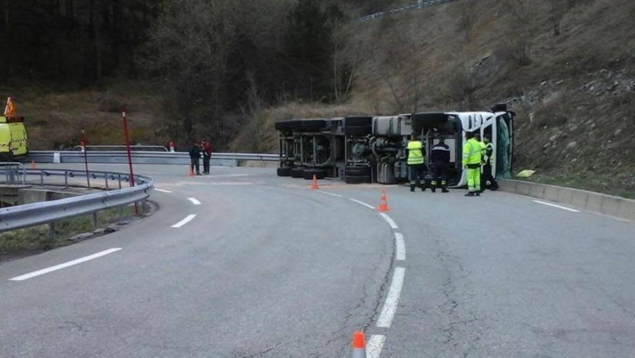 Le camion a fini sa route sur le flanc.