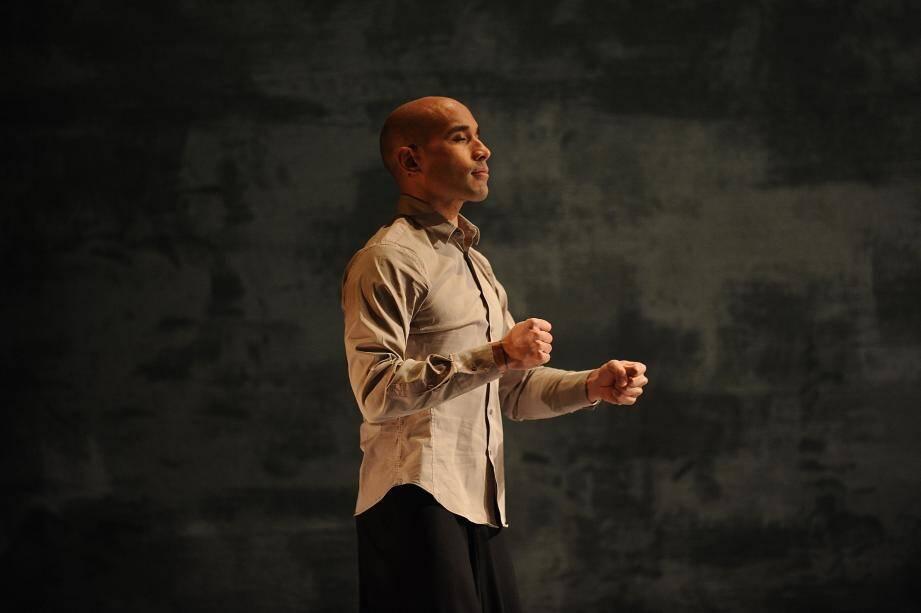 Dennis Alamanos, lumineux danseur, seul en scène dans Chotto Desh.