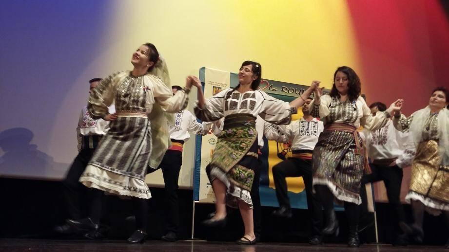 Outre les œuvres cinématographiques, le festival présente un tour d'horizon de la culture et du folklore roumain.