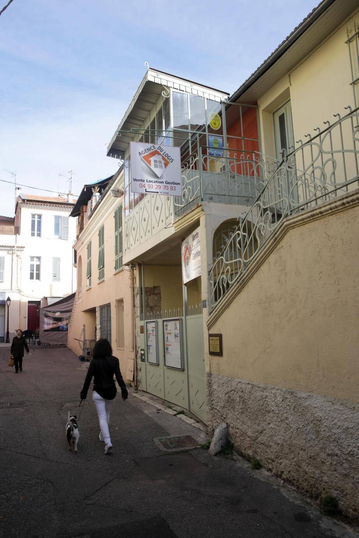 Convertie en agence immobilière, cette maison rue de la Vilette a été, parraît-il une église.