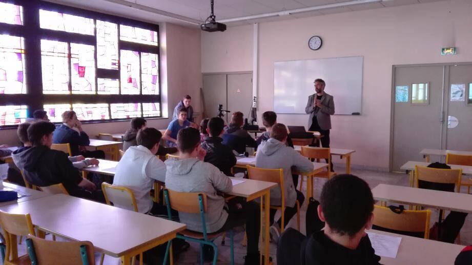 Grégory Leclerc, reporter Nice-Matin, à la rencontre des lycéens de Bon Dosco.(DR)
