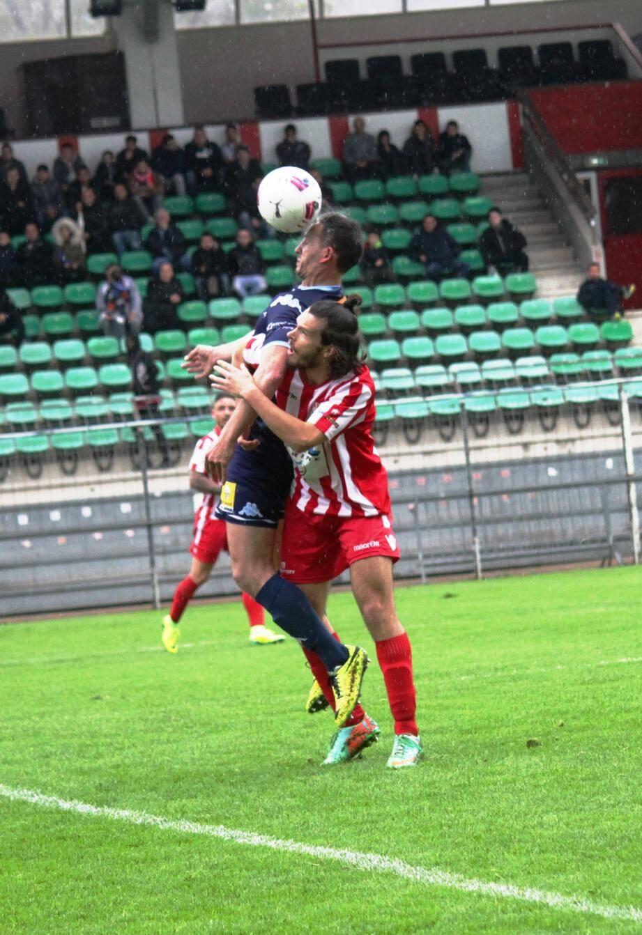 Croes et l'ASC (en rouge) ont fait plier le Sainte-Maxime de Fernandez dans les ultimes secondes de la partie.