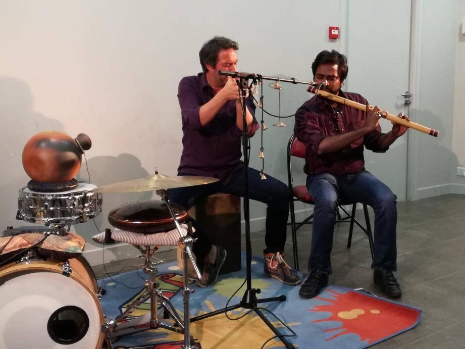Faisant démonstration de leur projet musical Milap (« rencontre » en hindi), le percussionniste français Davy Sur et le flûtiste indien Rishab Prasanna avec son bansuri ont ravi le public.(DR)