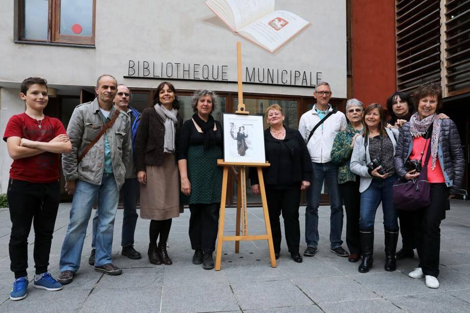 La photographie est leur passion commune. Les amis de Sylvie Mathieu (6e à gauche) sont venus assister au vernissage. En présence notamment de l'adjointe à la culture Isabelle Osché représentant la ville de Sospel qui lui a attribué un prix au dernier Festival de PhotoMenton et qui l'a donc invité à y exposer.