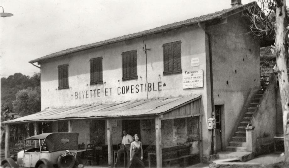 L'épicerie-buvette qui se dressait face à la Chapelle Saint-Jean. Bien visible : l'escalier oublié lors de la construction du bâtiment accolé par la suite à la façade.