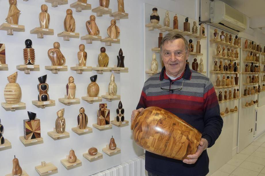 Jean-Pierre Boselli travaille de nombreux bois d'ici et d'ailleurs dans des techniques variées. A côté des flacons à parfum, il réalise également des vases, des fruits, des boîtes, etc.
