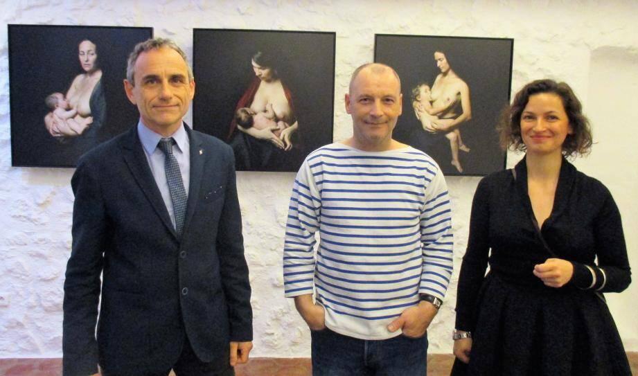De g à dr. : le président de l'office de tourisme Christophe Tourette, l'artiste-photographe Georges Pacheco et Christine Albertini-Bahnrel qui l'accueille dans sa galerie.