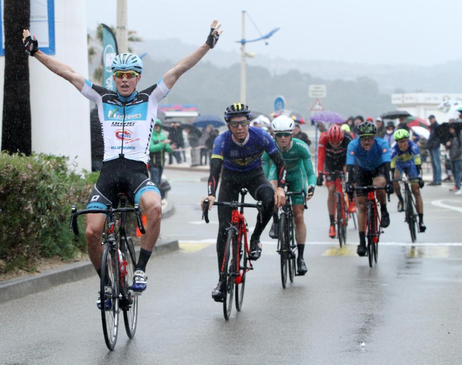 Clez les hommes, Nazar Lahodych décroche la première place, après avoir effectué les 50 km en 1'41''12.