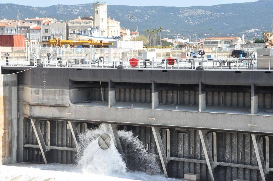 Le remplissage du « géant » des chantiers navals a débuté hier à 11 heures.